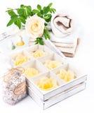 SPA και wellness που θέτουν με το σαπούνι, τα άλατα λουτρών και τις πετσέτες Στοκ Εικόνες