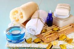 SPA και wellness που θέτουν με το φυσικές σαπούνι, τα κεριά και την πετσέτα. ξύλινο υπόβαθρο aqua Στοκ Εικόνες