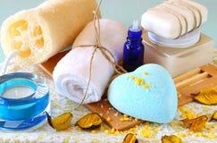 SPA και wellness που θέτουν με το φυσικές σαπούνι, τα κεριά και την πετσέτα. ξύλινο υπόβαθρο aqua Στοκ Φωτογραφία
