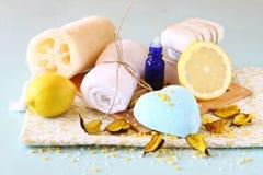 SPA και wellness που θέτουν με το φυσικές σαπούνι, τα κεριά και την πετσέτα. ξύλινο υπόβαθρο aqua Στοκ φωτογραφία με δικαίωμα ελεύθερης χρήσης