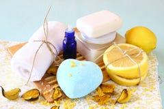 SPA και wellness που θέτουν με το φυσικές σαπούνι, τα κεριά και την πετσέτα. ξύλινο υπόβαθρο aqua Στοκ Φωτογραφίες