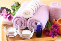 SPA και wellness που θέτουν με το φυσικές σαπούνι, τα κεριά και την πετσέτα. φυσικό ξύλινο υπόβαθρο Στοκ Φωτογραφία