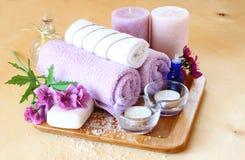 SPA και wellness που θέτουν με το φυσικές σαπούνι, τα κεριά και την πετσέτα. φυσικό ξύλινο υπόβαθρο Στοκ φωτογραφία με δικαίωμα ελεύθερης χρήσης