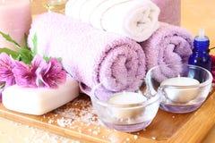 SPA και wellness που θέτουν με το φυσικές σαπούνι, τα κεριά και την πετσέτα. φυσικό ξύλινο υπόβαθρο Στοκ Εικόνες