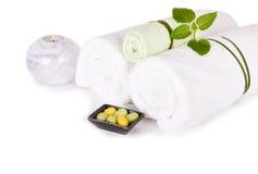 SPA και wellness που θέτουν με το φυσικές σαπούνι, το κερί και τις πετσέτες Στοκ φωτογραφία με δικαίωμα ελεύθερης χρήσης