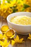 SPA με τα κίτρινα βοτανικά μαργαριτάρια και τα λουλούδια λουτρών Στοκ Εικόνες