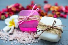 SPA που θέτει με τα φυσικά σαπούνια και το λουλούδι για aromatherapy Στοκ εικόνα με δικαίωμα ελεύθερης χρήσης
