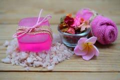 SPA που θέτει με τα φυσικά σαπούνια και το λουλούδι για aromatherapy Στοκ Φωτογραφίες