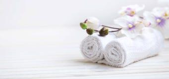 SPA που θέτει με τις πετσέτες λουτρών και το λουλούδι ορχιδεών, εκλεκτική εστίαση Στοκ φωτογραφία με δικαίωμα ελεύθερης χρήσης