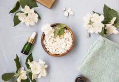 SPA που θέτει flatlay με το άλας λουτρών, jasmine τα λουλούδια και το έλαιο bott Στοκ Εικόνες