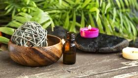 Spa Aceite esencial con las velas del olor en fondo de la salud Fotografía de archivo
