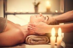 Spa ansikts- massage Brunettkvinna som tycker om avslappnande framsidamassage Royaltyfri Fotografi