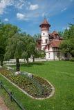 Spa arbeta i trädgården herrsching med den härliga slotten och blomsterrabatten Arkivfoto