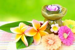 SPA aromatherapy, κερί και λουλούδι. Φωτογραφία αποθεμάτων. Στοκ Φωτογραφίες
