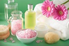 SPA aromatherapy με τη βούρτσα ουσιαστικού πετρελαίου λουλουδιών gerbera Στοκ εικόνα με δικαίωμα ελεύθερης χρήσης