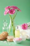 SPA aromatherapy με τη βούρτσα ουσιαστικού πετρελαίου λουλουδιών gerbera Στοκ Φωτογραφίες