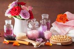 SPA aromatherapy με τη ροδαλή αλατισμένη βούρτσα ουσιαστικού πετρελαίου λουλουδιών Στοκ Εικόνες