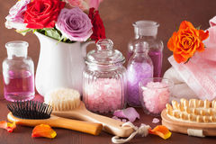 SPA aromatherapy με τη ροδαλή αλατισμένη βούρτσα ουσιαστικού πετρελαίου λουλουδιών Στοκ φωτογραφία με δικαίωμα ελεύθερης χρήσης