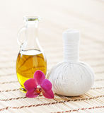 SPA aromatherapy με το ευώδες πετρέλαιο και ένα λουλούδι Στοκ εικόνες με δικαίωμα ελεύθερης χρήσης