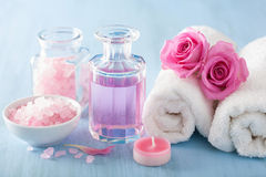 SPA aromatherapy με το ροδαλό άρωμα λουλουδιών και το βοτανικό άλας Στοκ φωτογραφία με δικαίωμα ελεύθερης χρήσης