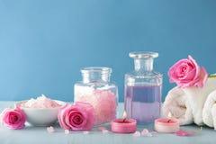 SPA aromatherapy με το ροδαλό άρωμα λουλουδιών και το βοτανικό άλας Στοκ φωτογραφίες με δικαίωμα ελεύθερης χρήσης