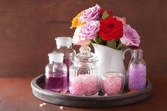 SPA aromatherapy με το ροδαλό άλας ουσιαστικού πετρελαίου λουλουδιών Στοκ Φωτογραφία