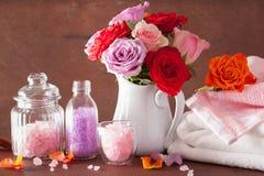 SPA aromatherapy με το ροδαλό άλας ουσιαστικού πετρελαίου λουλουδιών Στοκ Εικόνες