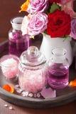 SPA aromatherapy με το ροδαλό άλας ουσιαστικού πετρελαίου λουλουδιών Στοκ φωτογραφίες με δικαίωμα ελεύθερης χρήσης