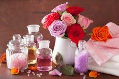 SPA aromatherapy με το ροδαλό άλας ουσιαστικού πετρελαίου λουλουδιών Στοκ εικόνες με δικαίωμα ελεύθερης χρήσης