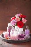 SPA aromatherapy με το ροδαλό άλας ουσιαστικού πετρελαίου λουλουδιών Στοκ φωτογραφία με δικαίωμα ελεύθερης χρήσης