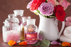 SPA aromatherapy με το ροδαλό άλας ουσιαστικού πετρελαίου λουλουδιών Στοκ Φωτογραφίες