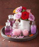 SPA aromatherapy με το ροδαλό άλας ουσιαστικού πετρελαίου λουλουδιών Στοκ εικόνα με δικαίωμα ελεύθερης χρήσης