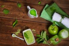 Spa av det gröna äpplet på en bästa sikt för träbord Arkivfoto