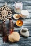 Spa bakgrund med skönhetsmedel buteljerar, stenar och tända stearinljus Royaltyfri Fotografi
