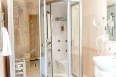 Spa bastukabin i badrum, hus eller hotell royaltyfri foto