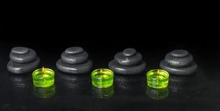 Spa begrepp av stenar för pyramidzenbasalt med vattendroppar och gr Royaltyfri Fotografi