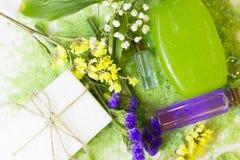 Spa begrepp med grönt salt för bad Arkivbild