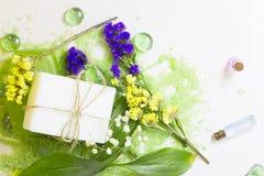 Spa begrepp med grönt salt för bad Royaltyfri Bild