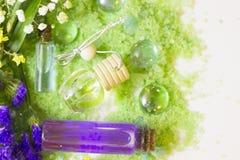 Spa begrepp med grönt salt för bad Arkivbilder