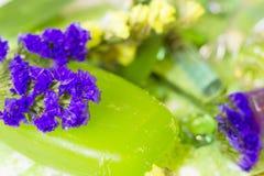 Spa begrepp med grönt salt för bad Arkivfoto