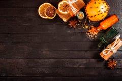 Spa begrepp på träbakgrund: Aromatiska oljor som är salta, tvål, citrus, kanelstearinljus Royaltyfria Foton
