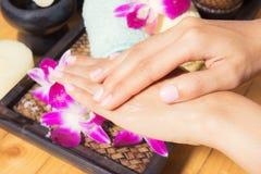 Spa behandlingar för kvinnliga händer, närbild royaltyfria foton