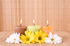 Spa bevekelsegrund med blommor och stearinljuset Arkivbilder