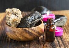 Spa Botella de la esencia, piedras del masaje y velas del olor Imágenes de archivo libres de regalías