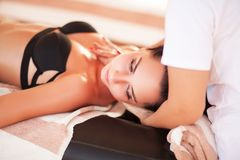 Spa Den härliga kvinnan får massage på den soliga stranden Koppla av på vacati royaltyfri foto