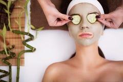 Spa Den härliga unga kvinnan får ansikts- leramaskering på brunnsorten, l Royaltyfria Bilder