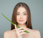 Spa för ung kvinna modell och gräsplanaloeblad arkivbilder