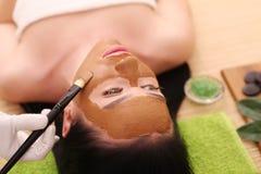Spa Facial del cuidado Tratamiento de la cara La mujer en salón de belleza consigue a Marine Mask Fotografía de archivo libre de regalías