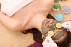 Spa Facial del cuidado Tratamiento de la cara La mujer en salón de belleza consigue a Marine Mask Fotografía de archivo