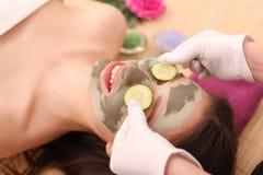 Spa Facial del cuidado Tratamiento de la cara La mujer en salón de belleza consigue a Marine Mask Imagen de archivo